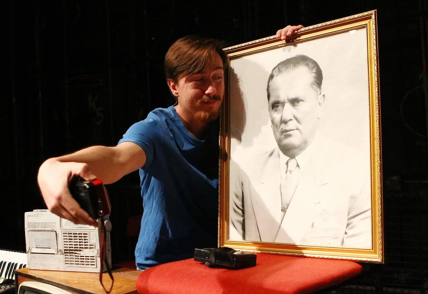 predstava radio sabac - glumac sa titovom slikom